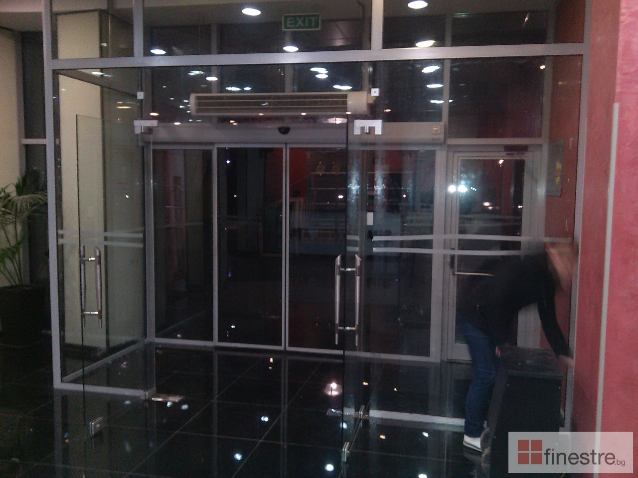Стъклена входна врата - СПА Хотел
